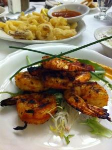 Savoureuses crevettes et en arrière-plan, calamars.