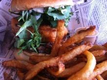 Moyen idéal d'éclaircir votre mois de mars: un rafraîchissant burger au saumon, croustillantes frites et mayonnaise au chipotle. Une bière froide pour arroser le tout boucle la boucle!