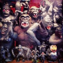 Sympathique colonie de gorilles en vitrine!