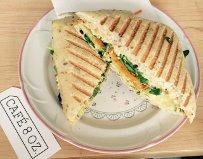 Sandwich du jour végétarien (végé paté maison, carotte, roquette et concombre), 6,75$