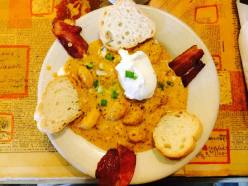 Shrimps and grits. Bacon, crevettes et oeuf poché