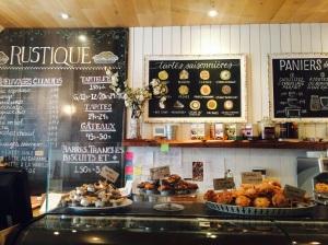 Comptoir sucré haut en couleur et en saveur, au Rustique Pie Kitchen, 4615 rue Notre-Dame